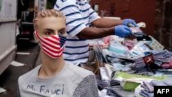 Một người bán khẩu trang và khăn giấy sát trùng trên hè phố New York (ảnh chụp ngày 18/5/2020