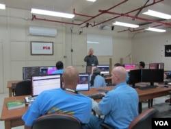 Chris Redlitz talks to the class. (VOA / JoAnn Mar)