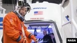这幅由NASA提供的日期不详的图片显示,在波音公司休斯顿产品支持中心,顿宇航员兰迪·布莱斯尼克准备进入波音公司的CST-100宇宙飞船进行检查。