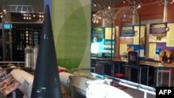 """Los Alamos'ta """"Atom Bombası"""" müzesi. Ön planda konik şekilli siyah cisim füzelerin ucuna yerleştirilen nükleer savaş başlığı"""