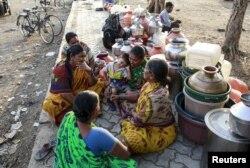 인도 라투르에서 여성들이 물통에 물을 채우기 위해 기다리고 있다. (자료사진)