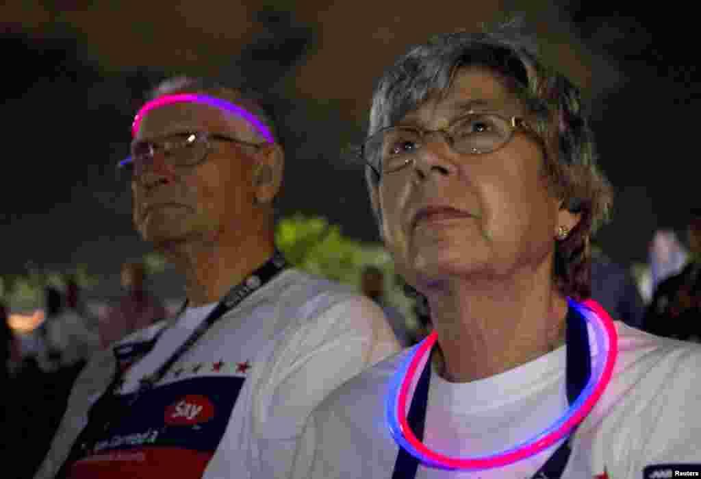 理查德和卡罗尔•史密斯观看奥巴马和罗姆尼第三场电视辩论的实况转播。