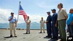 Menteri Pertahanan Leon Panetta (kiri) berpidato di depan para kru kapal AL Amerika, Richard E. Byrd di Teluk Cam Ranh, Vietnam (3/6).