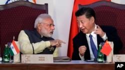 印度总理莫迪(左)和中国国家主席习近平在印度举行的金砖峰会(2016年10月16日)