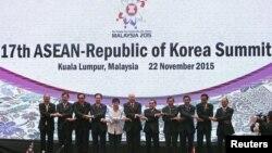 ປະທານາທິບໍດີ ເກົາຫຼີໃຕ້ ທ່ານນາງ Park Geun-hye (ກາງ) ເຂົ້າຮ່ວມຖ່າຍຮູບ ກັບບັນດາຜູ້ນຳ ຂອງອາຊຽນ ໃນລະຫວ່າງ ກອງປະຊຸມສຸດຍອດ ASEAN-Republic of Korea ຄັ້ງທີ 17 ຢູ່ທີ່ ກອງປະຊຸມສຸດຍອດອາຊຽນ ຄັ້ງທີ 27th (ASEAN) ຢູ່ທີນະຄອນຫຼວງ ກົວລາລຳເປີ, ປະເທດມາເລເຊຍ, ວັນທີ 22 ພະຈິກ 2015.