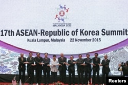 South Korea's President Park Geun-hye (C) poses for a photo with ASEAN leaders during the 17th ASEAN-Republic of Korea Summit at the 27th Association of Southeast Asian Nations (ASEAN) summit in Kuala Lumpur, Malaysia, Nov. 22, 2015.