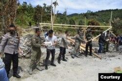 Aparat keamanan TNI POLRI saat bekerja bakti untuk pembangunan kembali rumah warga yang dibakar kelompok teroris MIT di Lembantongoa, Kabupaten Sigi, Sulawesi Tengah, Kamis, 3 Desember 2020. (Foto: Humas Polda Polda Sulawesi Tengah)