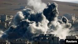 Khói bốc lên sau một cuộc không kích ở thị trấn Kobani, Syria.