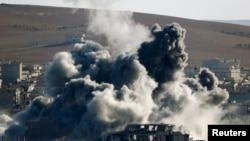 Khói bốc lên sau một cuộc không kích vào thị trấn Kobani, Syria.