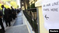 Warga AS yang mencari kerja antri dalam sebuah acara bursa lapangan kerja di kota New York (foto:dok)