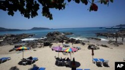 Para turis di Pantai Patong, provinsi Phuket, bagian selatan Thailand. (AP/Sakchai Lalit)
