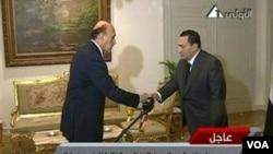 Presiden Hosni Mubarak mengucapkan selamat kepada Omar Suleiman setelah mengucapkan sumpah jabatan sebagai Wakil Presiden, Sabtu (29/1).