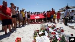 Warga mengheningkan cipta di lokasi serangan di Sousse, Tunisia (28/6). (AP/Abdeljalil Bounhar)
