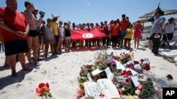Hoa được đặt tại hiện trường vụ xả súng hàng loạt làm 38 người đã thiệt mạng tại một khu nghỉ mát bên bờ biển ở Sousse, Tunisia.
