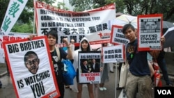 Kelompok hak asasi manusia di Hong Kong berdemonstrasi mendukung Edward Snowden. (VOA/Iris Tong)