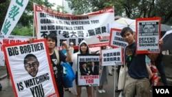 多名示威者手持諷刺中、美領導人同樣監控人民的標語 (美國之音湯惠芸)