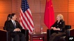 ທ່ານນາງ Clinton ໂອ້ລົມກັບລັດຖະມົນຕີ ການຕ່າງປະເທດຈີນທ່ານ Yang Jiechi ໃນວັນເສົາທີ 30 ຕຸລາ ມື້ນີ້ ຢູ່ຂ້າງນອກກອງປະຊຸມສຸດຍອດ ເອເຊຍຕາເວັນອອກ ທີ່ນະຄອນຫຼວງຮ່າໂນ່ຍຂອງຫວຽດນາມ.