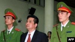Tiến sĩ luật Cù Huy Hà Vũ trong phiên xử tại một tòa án ở Hà Nội ngày 4/4/11