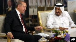 Presiden Turki Recep Tayyip Erdogan (kiri) saat bertemu Raja Saudi Salman di Jeddah, Saudi Arabia, 23 Juli tahun lalu (foto: dok). Erdogan-Salman membahas pembentukan Pokja bersama kasus hilangnya wartawan dalam pembicaraan telepon.