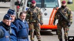 Polisi dan pasukan khusus Belgia melakukan pengamanan di luar bandara Zaventem di Brussels, 29/3 (foto: dok).