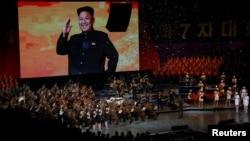 11일 평양에서 북한 노동당 제7차 대회를 축하하는 합동 공연 '영원히 우리 당 따라'가 열렸다. 공연 도중 대형 화면에 김정은 당 위원장의 모습이 나왔다.
