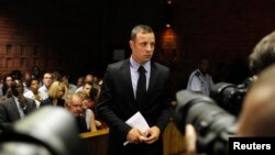 Después de cuatro días de audiencias, el magistrado decidió el viernes conceder la fianza al famoso atleta con las piernas amputadas.