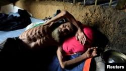 Seorang pria lansia Muslim Rohingya berbaring di tendanya di kamp pengungsi Kutupalong di Cox's Bazar, Bangladesh.