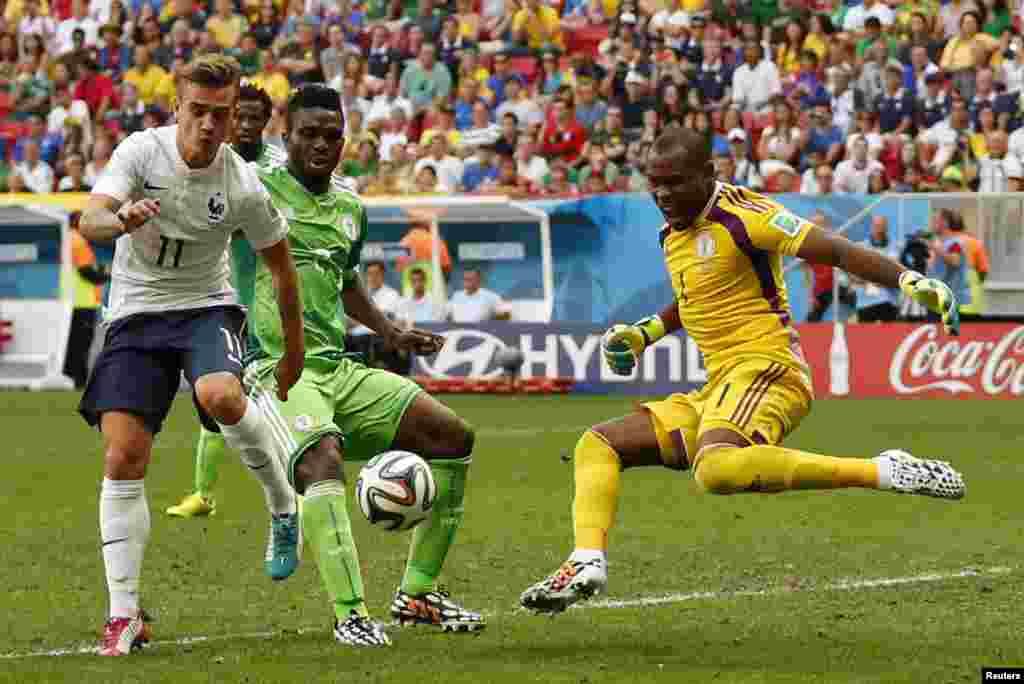 میچ کے پہلے ہاف میں فرانس اور نائجیریا کی ٹیموں کی جانب سے جارحانہ کھیل دیکھنے کو ملا۔