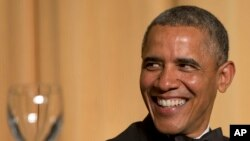 Presiden Barack Obama tertawa ketika aktor Joel McHale berbicara dalam jamuan makan malam tahunan Asosiasi Koresponden Gedung Putih yang ke-100 di Washington Hilton Hotel, 3 Mei 2014, di Washington.