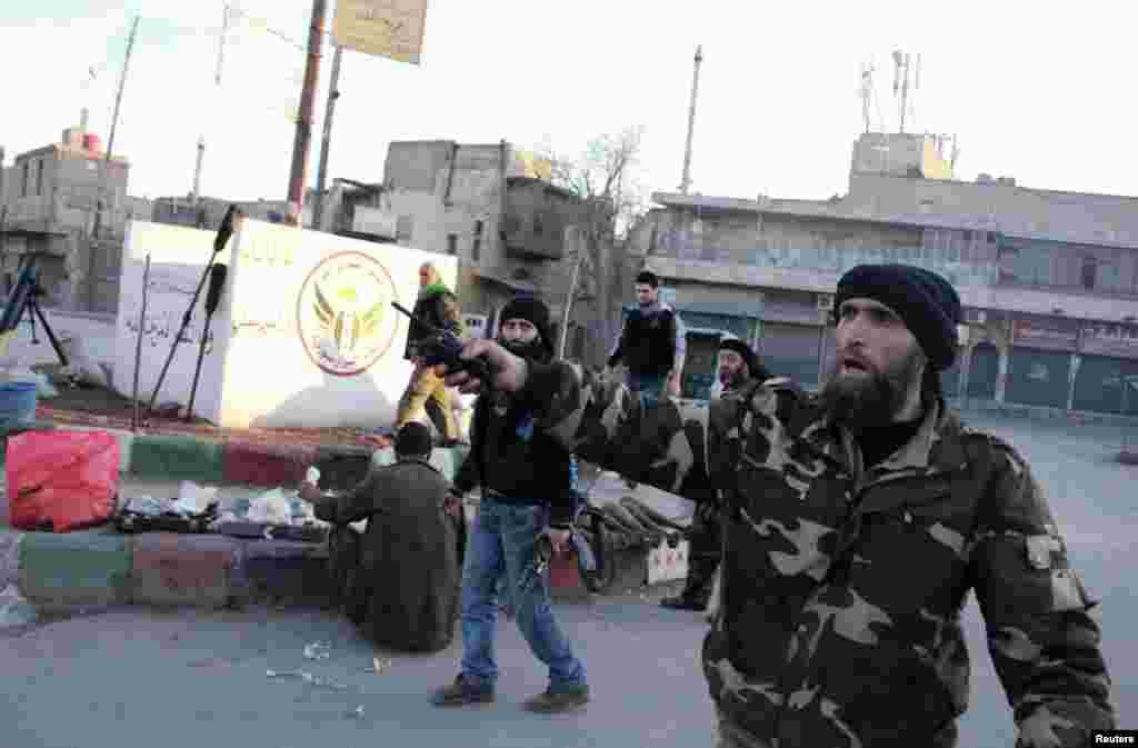 Ozod Suriya armiyasi isyonchilari Halabning al-Qoida qo'lidagi qismi ustidan nazorat o'rnatgan.