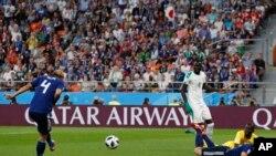 Keisuke Honda de Japón, izquierda, anota el segundo gol de su equipo durante el partido del grupo H entre Japón y Senegal en la Copa Mundial de fútbol 2018 en el Yekaterinburg Arena en Ekaterimburgo, Rusia, el domingo 24 de junio de 2018. (AP Photo / Eugene Hoshiko)