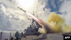 美國海軍導彈驅逐艦菲茨杰拉德號在關島附近舉行的實彈演習中發射魚叉式導彈。(2015年8月12日)