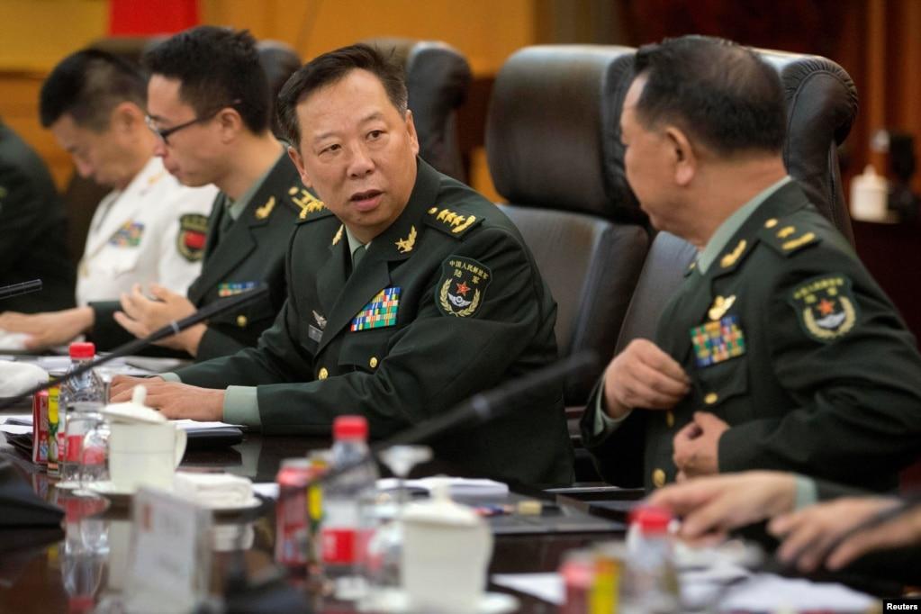 """2016年8月16日,中国陆军司令李作成将军(右二)在北京八一大楼同一位少将谈话。 2017年8月21日或者21日之后,李作成悄然晋升中央军委联合参谋部参谋长。中国国防部在一个外事活动的消息里公开了李作成的新职务,而没有专门宣布。 消息说,中央军委联合参谋部参谋长李作成会见了参加第二届""""阿中巴塔""""四国军队反恐合作协调机制高级领导人会议的巴基斯坦陆军参谋长巴杰瓦。"""