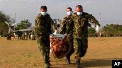 Soldados trasladan el cuerpo de un miembro de las FARC tras un oprativo en enero en Colombia.