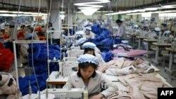 Các công nhân Bắc Triều Tiên làm việc tại một nhà máy dệt may do Hàn Quốc sở hữu tại Khu Công nghiệp Kaesong, 19/12/2013
