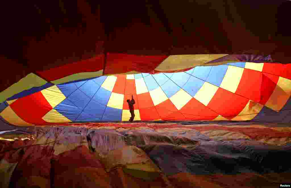 បុរសម្នាក់រៀបចំបាឡុងក្នុងពិធីបុណ្យ Hot Air Balloon Carnival លើកទី២ នៅក្នុងក្រុង Nanjing ខេត្ត Jiangsu ប្រទេសចិន កាលពីថ្ងៃទី២៨ ខែតុលា ឆ្នាំ២០១៧។