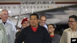 图为委内瑞拉总统查韦斯7月23日从古巴归国到达加拉加斯机场时