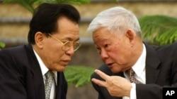 資料照:中國全國政協原副主席、原廣東省長葉選平(右)在北京人大會堂與廣東省前省長盧瑞華交談。