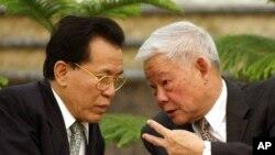 资料照:中国全国政协原副主席、原广东省长叶选平(右)在北京人大会堂与广东省前省长卢瑞华交谈。