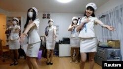 Chunhun (derecha), la líder del club japonés de fans de Corea del Norte llamado sengun-joshi, o chicas militares, y otros miembros practican un baile de la Banda Moranbong en Tokio, Japón, 29 de octubre de 2017. Fotografía tomada el 29 de octubre de 2017. REUTERS / Imágenes de Toru Hanai TPX del día - RC126AC31990