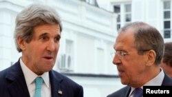 AQSh Davlat kotibi Jon Kerri (chapda) va Rossiya Tashqi ishlar vaziri Sergey Lavrov