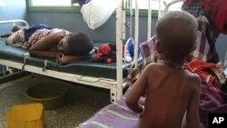 图为一名营养不良儿童8月2日在索马里的摩加迪沙一家医院接受治疗