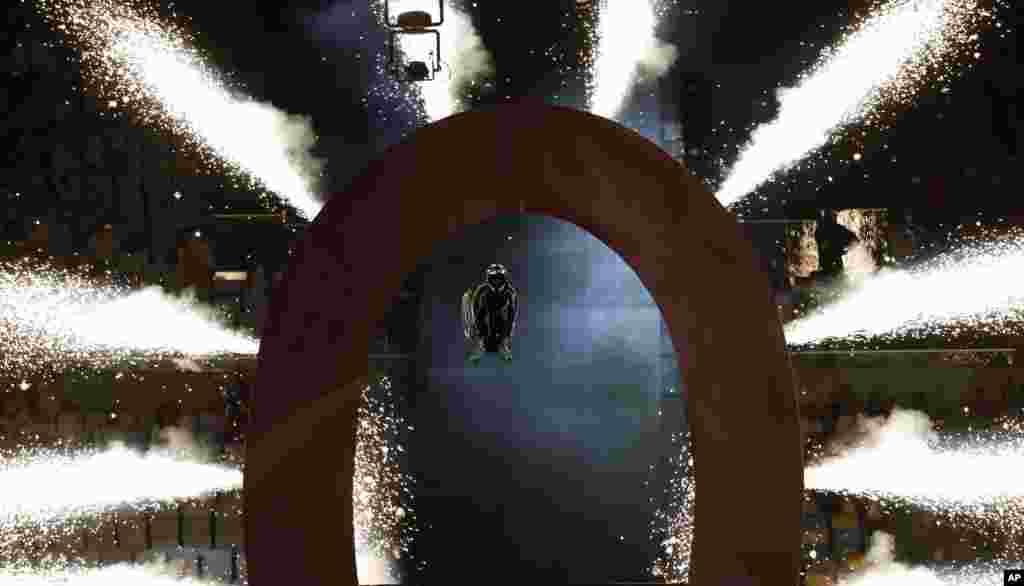 កីឡាករកៅអីរុញលោក Aaron 'Wheelz' Fotheringham ធ្វើការលោតបង្វិលខ្លួនឆ្លងអក្សរ O ធំមួយ នៅអំឡុងពេលការសម្ពោធកីឡាប៉ារ៉ាឡិមពិកក្រុង Rio ឆ្នាំ២០១៦ នៅឯកីឡាដ្ឋាន Maracana ក្នុងក្រុង Rio de Janeiro ប្រទេសប្រេស៊ីល កាលពីថ្ងៃទី០៧ ខែកញ្ញា ឆ្នាំ២០១៦។