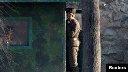 지난 2013년 12월 압록강을 사이에 두고 중국 단둥과 마주한 북한 신의주에서 병사들이 초소를 지키고 있다. (자료사진)