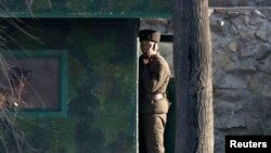 북한 장성택 전 국방위 부위원장이 처형된 직후인 지난 18일, 압록강을 사이에 두고 중국 단둥과 마주한 북한 신의주에서 병사들이 초소를 지키고 있다.