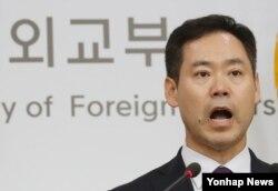선남국 한국 외교부 부대변인이 24일 외교부 청사에서 북한의 잠수함발사탄도미사일(SLBM) 시험발사에 대해 규탄 성명을 발표하고 있다.