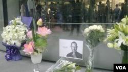 La corresponsal de la Voz de América, Stephanie Ho, tomó una foto con tu Apple iPhone, del tributo de los fanáticos de Apple, a Steve Jobs en Shanghai.