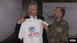Генконсулу США Брюсу Тёрнеру вручается футболка с надписью «Форт-Росс - Вологда – Тотьма»