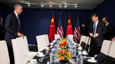 2015年11月30日美国总统奥巴马(左)和中国国家主席习近平在巴黎举行的联合国气候大会上举行会谈。