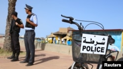 Des policiers surveillent la plage d'Hammamet, en Tunisie, le 18 juin 2016.